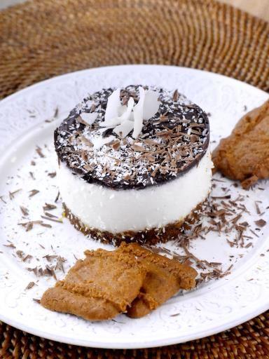 noix de coco rapée, lait de coco, oeuf, sucre en poudre, chocolat noir, crème liquide, beurre, gélatine, biscuit