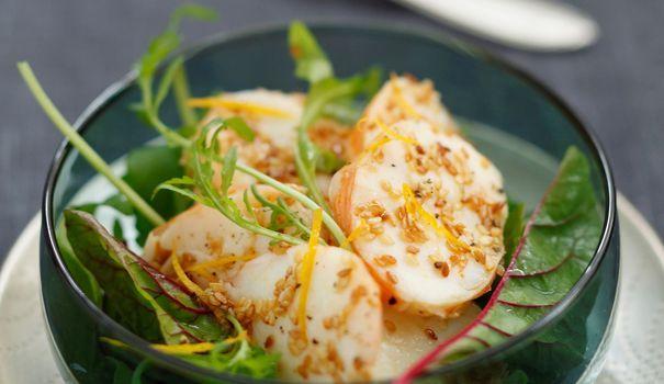 Les agrumes se marient parfaitement bien avec les crustacés, c'est un fait. Cette salade à la fois rafraîchissante et raffinée vous en donnera la preuve irréfutable. Un délice en entrée d'un repas de fête!