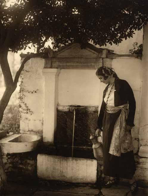 Jeune femme puisant de l'eau, Grèce, circa 1930. Tirage argen