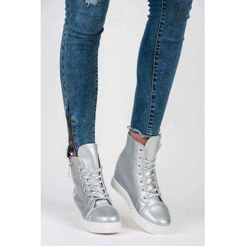 Dámské kotníkové boty Girix stříbrné – stříbrná Kotníkové boty jsou výbornou volbou pro jakékoliv počasí. Stylové kotníkové boty se šněrováním, ale i klasickým zipem stojí na platformě. Boty jsou výjimečné tím, že jsou vyrobeny s …