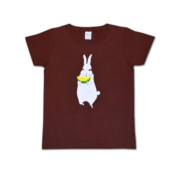 白いウサギがスイカをむしゃむしゃ。夏らしいデザインです。Tシャツカラーはダークブラウン。バックは無地です。首周りが広く、首リブ細め。女性のシルエットに合った形...|ハンドメイド、手作り、手仕事品の通販・販売・購入ならCreema。
