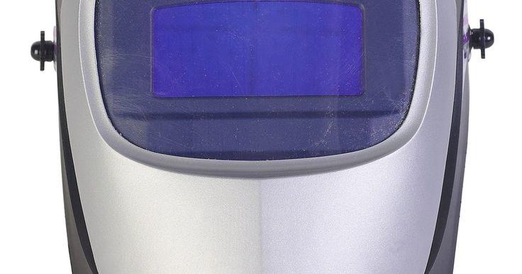 Cómo soldar al cromo-molibdeno. Muchos soldadores están bajo la falsa impresión de que el cromo-molibdeno o la aleación de acero de cromo molibdeno, debe soldarse con una unidad TIG (gas inerte de tungsteno). Sin embargo, la gran mayoría de cromo-molibdeno puede hacerse y se suelda por los aficionados con una máquina MIG (gas inerte de metal) utilizando alambre de acero suave. ...