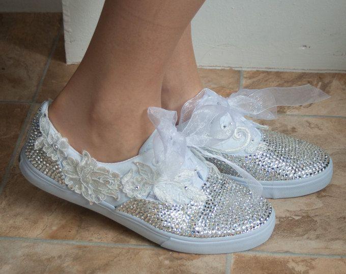 zapatillas de estilo converse con cristales y encaje de la boda. Instructores de novia, zapatillas de novia, novia Converse, zapatillas de novia. Cal de alma