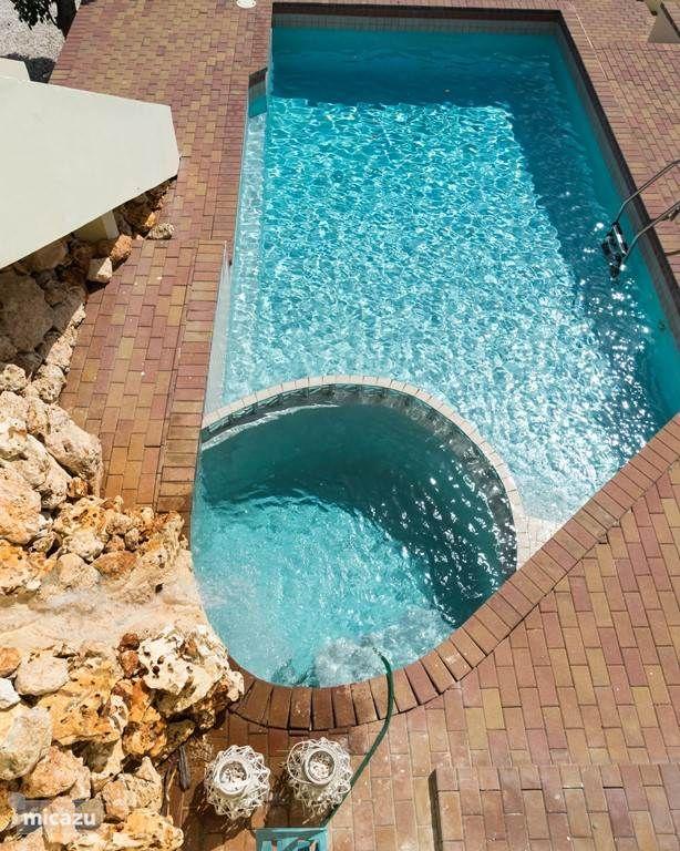 bovenaanzicht zwembad met waterval