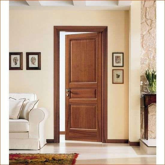 Pavimento chiaro e porta classica in legno | Arredamento ...