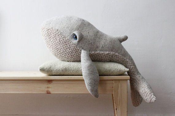 """Grande Baleine à bosse BigStuffed  La deuxième née de la famille BigStuffed! Conçue pour tous les âges! Sa grande taille permet de la câliner comme un compagnon """"grandeur nature, de l'utiliser comme un coussin ou simplement comme décoration… Cette créature a été créée pour devenir un nouveau membre de la famille…   Fabrication artisanale en France. Le dessus est en 100% coton et le dessous est en fausse fourrure acrylique. Les peluches sont rembourrées en fibres polyester et leurs yeux…"""