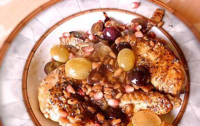 Pollo con uva e melagrana - Ecco la ricetta di un ottimo secondo piatto da servire a Natale o alla cena di Capodanno: il pollo con uva e melagrana.
