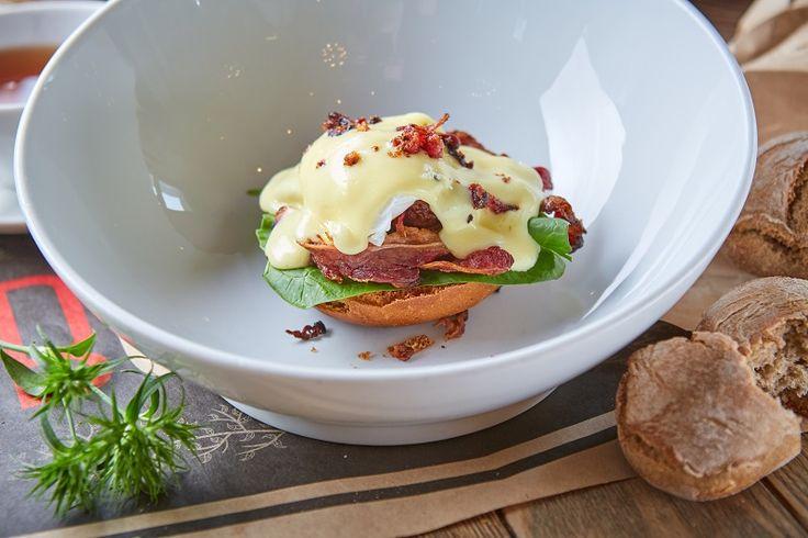 Яйцо Бенедикт с говяжьим беконом на завтрак. Breakfast ideas