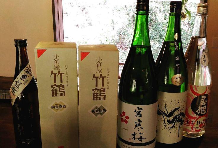 日曜日の日本酒の会用のお酒揃いました #宮寒梅 #仙禽 #玉旭 #竹鶴2 #竹泉 の計6酒  今回は#晴空 とのコラボということでワイングラスで飲んで頂くお酒もあります  特に玉旭はチューリップの酵母を使ったお酒で甘酸がかなり楽しいお酒です  本日の深夜に予約締め切らせていただきます  #箕面 #日本茶カフェ #日本茶バー #Minoo #Matcha #日本酒 #箕面瀧道 #抹茶 #煎茶 #箕面ビール #カレー
