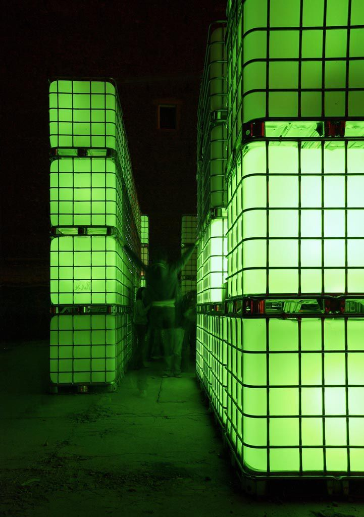 Leuchtende Kuben, visuelle Effekte, elektronische Beats: das sind die Elemente des Open-Air-Clubs Kubik. Die Basis der dynamischen Raum-, Licht- und Soundskulptur Kubik bilden handelsübliche Flüssigkeitscontainer, wie diese im Industriebedarf üblich sind. Durch die Nutzung als wiederverwendbarer Transportbehälter für Flüssiggüter im Logistik-Sektor, zeichnen sie sich durch Eigenschaften wie z.B. geringes Gewicht und optimierte Stapelbarkeit aus.