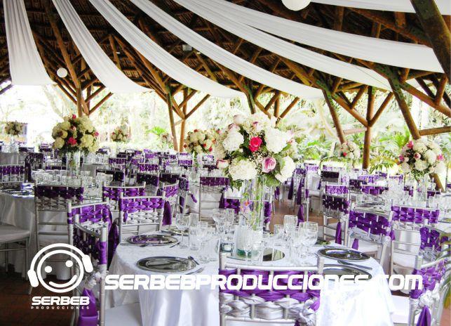Mesas decoradas con velo de lujo, agendas una cita con nuestras decoradoras y escoges el tipo de manteleria que deseas para tu boda