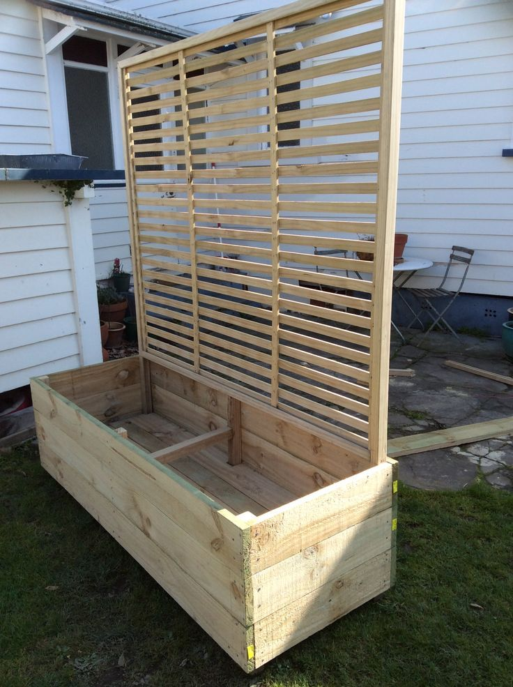 planter with a built-in privacy trellis,jo c