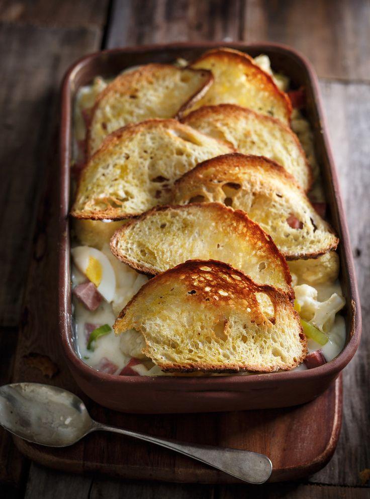 Recette de Ricardo de gratin de chou-fleur, de jambon, d'oeufs  et dentelle de pain