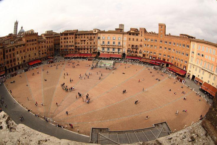 Piazza del Campo; Foto di Andreina Schoeberlein su Flickr; https://www.flickr.com/photos/schoeband/15596763167/; #Siena #Toscana #PiazzaDelCampo