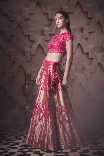 pink silk lehenga , pink and gold banarsi lehenga , crop top lehenga , short sleeve blouse , kanjivaram leheng