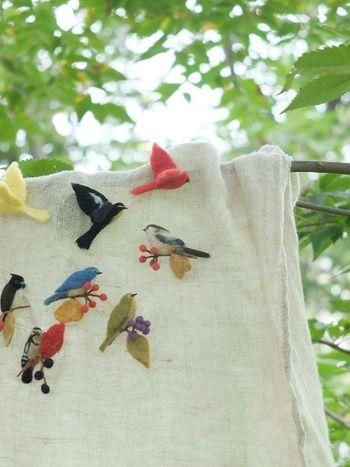 昔から鳥が大好きだったという千種さん。 そんな千種さんの代表作はなんといってもかわいい鳥のブローチたち。 このブローチを中心にワークショップや手作り市への出店を通じてファンを増やし続けています。