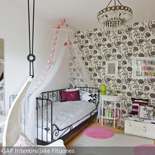 Das moderne Jugendzimmer für Mädchen im romantischen Look hat alles, was ein Prinzessinnenzimmer haben muss: einen Kronleuchter über dem mit Rosen verzierten…