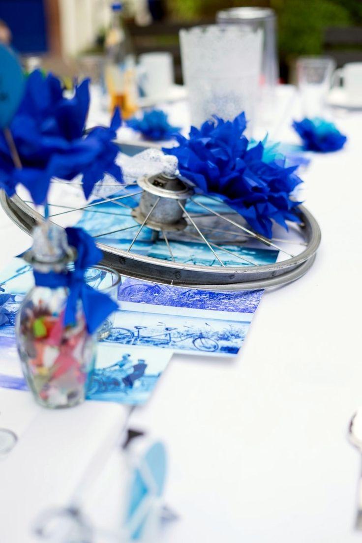 Eine bunte und originelle Tischdeko für die Hochzeit zum Thema Fahrrad mit blauen Elementen