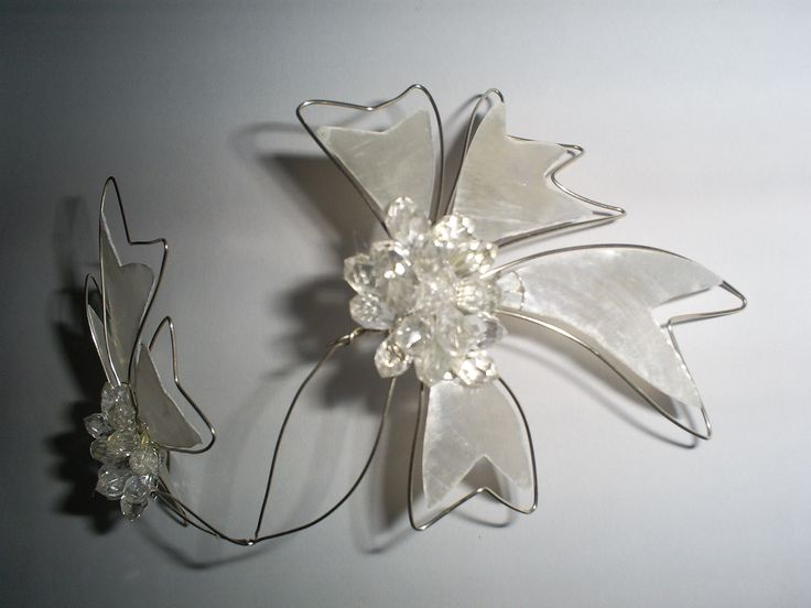 accesorio de  novia realizado en nácar y alambre con aplicaciones de cristal