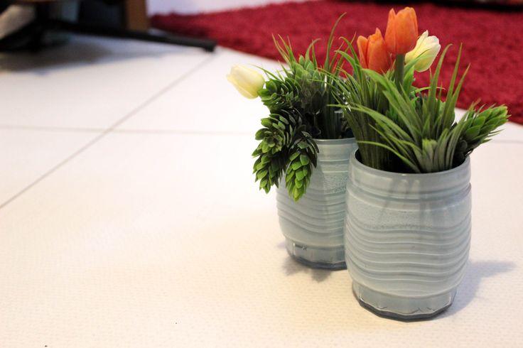Copos velhos de vidro pintados com sobra de tinta de parede serviram de recipiente para as mini tulipas artificiais. #decor #cheap #green #diy