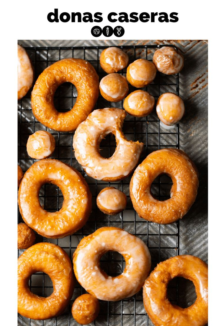 This recipe for these homemade yeast-free donuts is perfect. It makes fluffy and delicious vegan donuts glazed with a touch of lemon. Vegan Soups, Vegan Dishes, Sour Cream Donut, Donut Calories, Cooking Sweet Potatoes, Homemade Donuts, Baked Donuts, Doughnuts, Donut Glaze