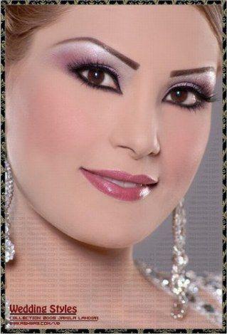 Le maquillage libanais est un maquillage des yeux très intense, ils sont mis en valeur principalement avec du noir auquel on associe...