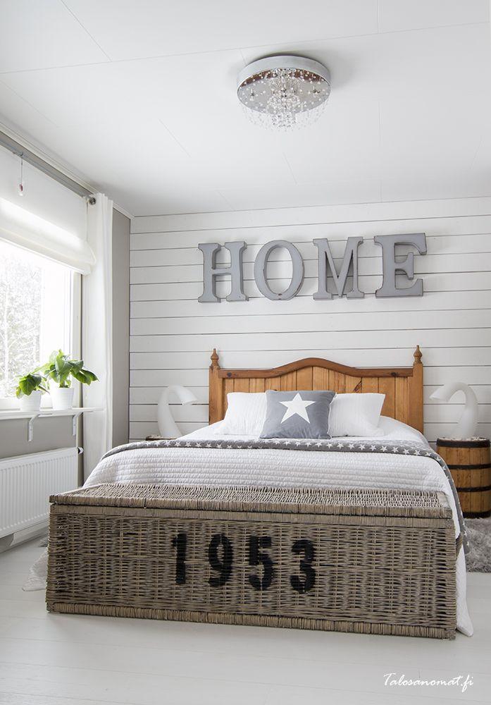 Vanhempien makuuhuoneeseen valittiin mielenkiintoinen seinämateriaali kun päätyseinä koottiin valkoiseksi maalatusta raakalankusta.