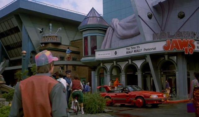 Marty McFly llega a 2015: las predicciones cumplidas de 'Volver al Futuro II'   El 21 de octubre de 2015 este miércoles era la fecha a la que una máquina del tiempo sobre ruedas enviaba a los protagonistas de Volver al Futuro II (1989) la segunda entrega de la taquillera saga dirigida por Robert Zemeckis.  Marty McFly y el doctor Emmett Brown en los años ochenta ha llegado finalmente.  Para conmemorarlo el reparto original encabezado por Michael J.Fox y Christopher Lloyd estará en Nueva…