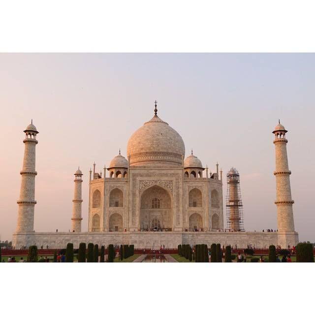 #mytajmemory 夕陽に照らさるTaj Mahal 教科書で見たあのタージマハルを目の前にしながら結婚する友達のことをお祈りしてたらみんなの顔が浮かんできて久しぶりに会いたいなぁーって黄昏ながらちょとホームシックなたやだww #小さいときのお城の絵はいつもタージマハル by yuuki0207 #IncredibleIndia #tajmahal