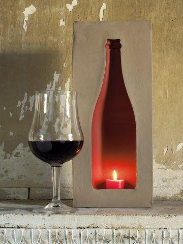 Un bougeoir dans une emprunte de bouteille réalisée en plâtre et peinte à l'intérieur pour une lumière profonde