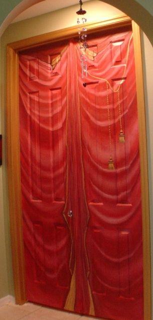 """Una puerta """"vestida"""" de rojo y dorado"""