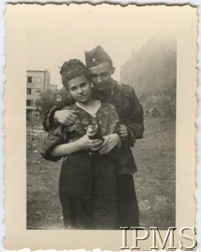22.08.1944, Warszawa. Powstanie Warszawskie, powstaniec z dziewczyną.