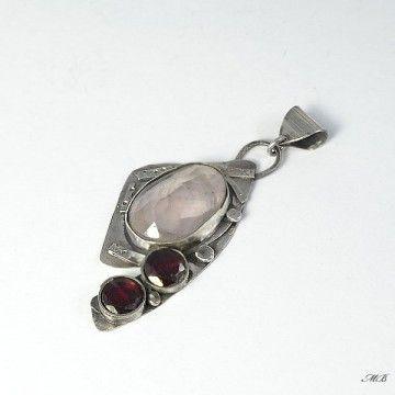 Srebrny wisiorek z różowym kwarcem i granatami.