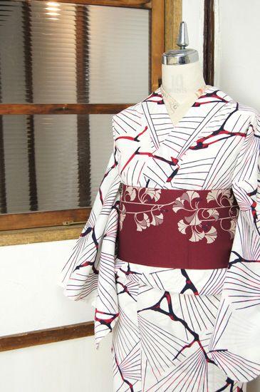白の地に、赤と黒のバイカラーで染め出された松の枝葉を思わせる樹木模様がアートでモダンな注染レトロ浴衣です。