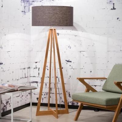 Lampadaire composé d'un piétement en bambou supportant un abat-jour de forme tambour en lin de couleur gris foncé et équipé d'un interrupteur.Conçu en matériaux naturels, écologiques et durables, ce lampadaire à l'élégance intemporelle pourra être installé dans toutes les pièces de vie de votre mais