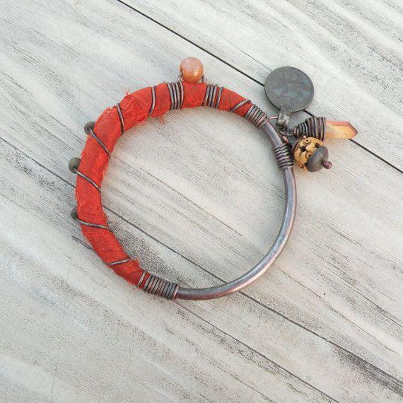 Gypsy tribale accatastamento Bangle, arancio bruciato, seta di Sari avvolto, braccialetto di fascino, monili rame, osso e quarzo