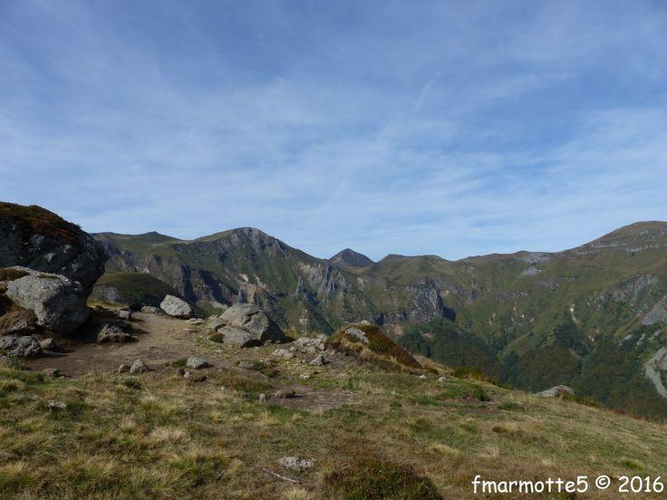 Une boucle par les crêtes pour découvrir le côté sauvage du Puy de Sancy dans la Réserve Naturelle de la Vallée de Chaudefour. Au cœur du stratovolcan du Sancy dit la plaquette de l'O.T. Carte 25 000 IGN Massif du Sancy PNR des Volcans d'Auvergne 2432...