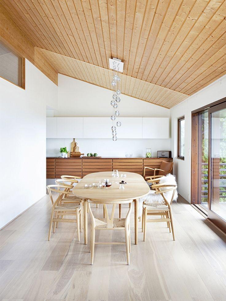 Kjøkkenbenk fra Multiform. Eikebordet og stolene er klassisk dansk design av Hans J. Wegner.
