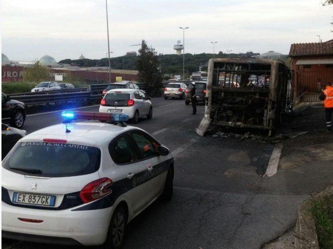 Eur, bus 709 in fiamme: viabilità compromessa e paura tra gli automobilisti. Bus 709 in fiamme sulla Cristoforo Colombo.