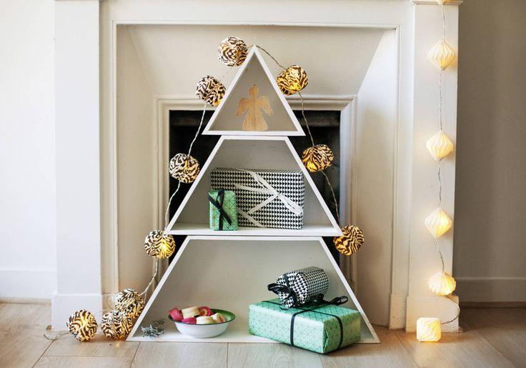 Faux sapin de Noël avec une étagère