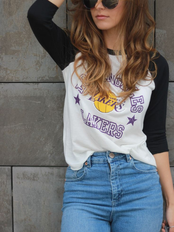 Casual Outfit: Lakers Basekatball Shirt & Mom Jeans