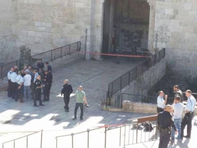 Police guns and cameras at Jerusalem's Damascus Gate - The Express Tribune