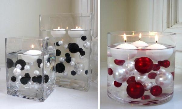 Des bougies flottantes avec des boules de Noël comme décoration