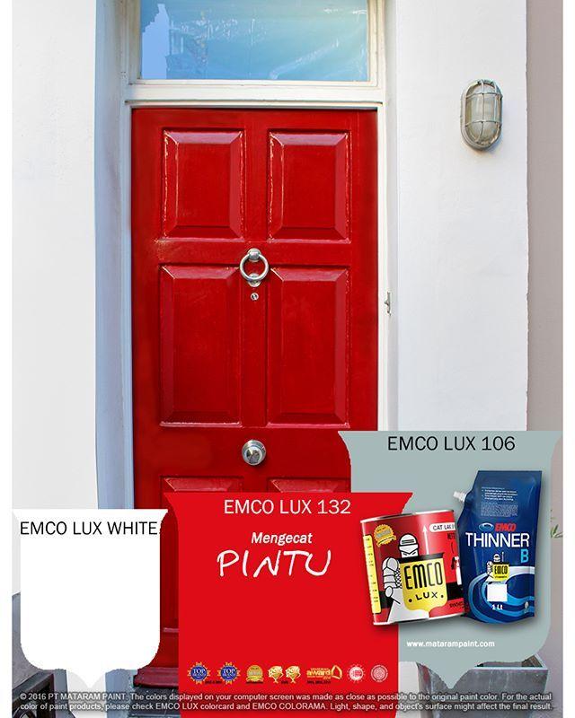 Pintu depan rumah secara tidak sadar sering dipakai tamu untuk menilai pemilik rumah. Jangan lewatkan kesempatan untuk mencuri perhatian melalui pintu depan rumah.  Peralatan: obeng, ampelas, penggosok cat, kuas cat, roller cat dan kain bersih, nampan cat  Material:  EMCO Primer Kayu dan Besi  1/4 liter EMCO LUX 132 dan 106  1. Pilih warna cat: Gunakan palet warna EMCO sebagai pedoman warna.  2. Copot gagang pintu: kamu bisa mendapatkan hasil yang tampak profesional dengan mencopot gagang…