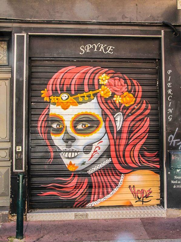 Graffiti sur la devanture d'un tatoueur