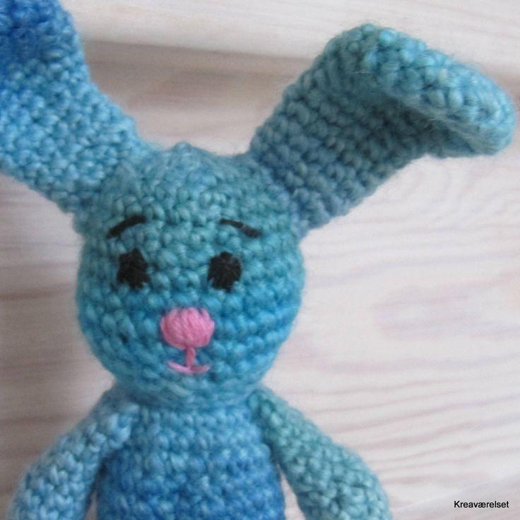 Lille hjemmehæklet kanin 17cm. Til salg i Kreaværelsets amiobutik for 100 kr.
