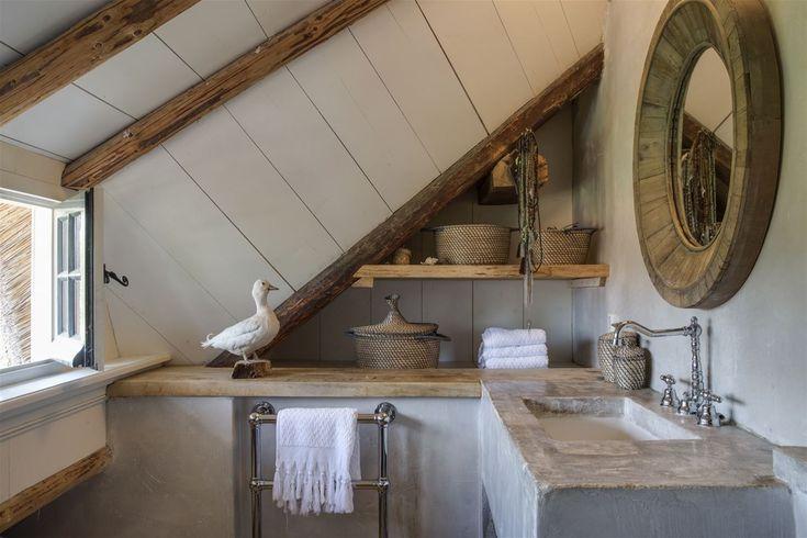 In 1841 bouwde de eerste eigenaar dit Rijksmonument. Deze vrijstaande woonboerderij met oorspronkelijke hooischuur is gelegen op een prachtige locatie midden in het pittoreske oude dorp van Blaricum, op een perceel van ca. 1.400 m².  De woning is vo