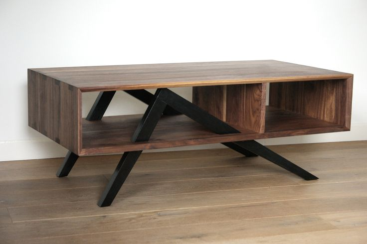 Eigen ontwerp: salontafel met asymetrisch onderstel. Notenhouten panelen, verbonden met grote handgemaakte zwaluwstaarten. Afmetingen: 120 x 60.