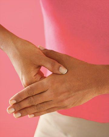 Truco de acupresión Calma el estómago revuelto con este truco acupresión rápida: Use su dedo índice y medio para presionar hacia abajo en la ranura entre los tendones que se extienden desde la base de la palma de la mano hasta la muñeca