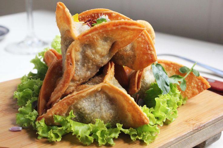 Samosas de Res este viernes en Daniel! Empanadas del sur de Asia, hechas con Cebolla Larga y Arvejas Servidas con Raita de Hierbabuena Reservas: 2493404 | Calle 73 # 9-70, Bogota